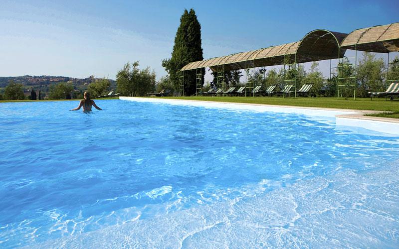Piscina a sfioro sulle colline di siena sinalunga amorosa hotel - Hotel con piscina toscana ...